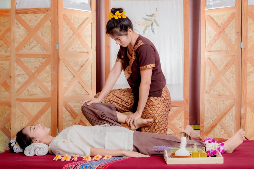masajul thailandez lucrează cu căile energetice