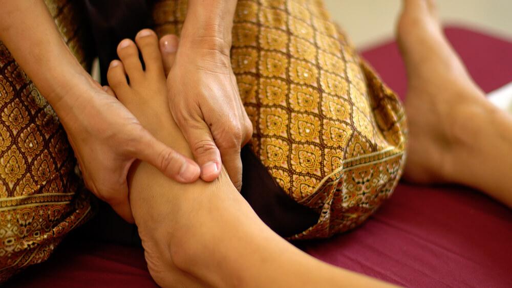Masajul thailandez începe de la picioare